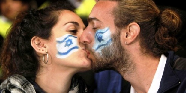 Israeli flag kissing