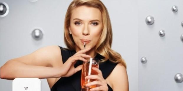 Scarlett Johansson dricker ur ett glas med sugrör